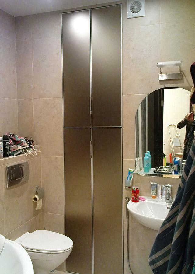 Узкий шкафчик в нише ванной комнаты