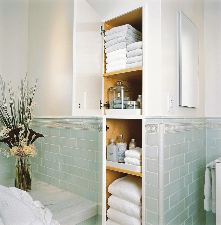 Открытая дверка встроенного шкафчика в ванной