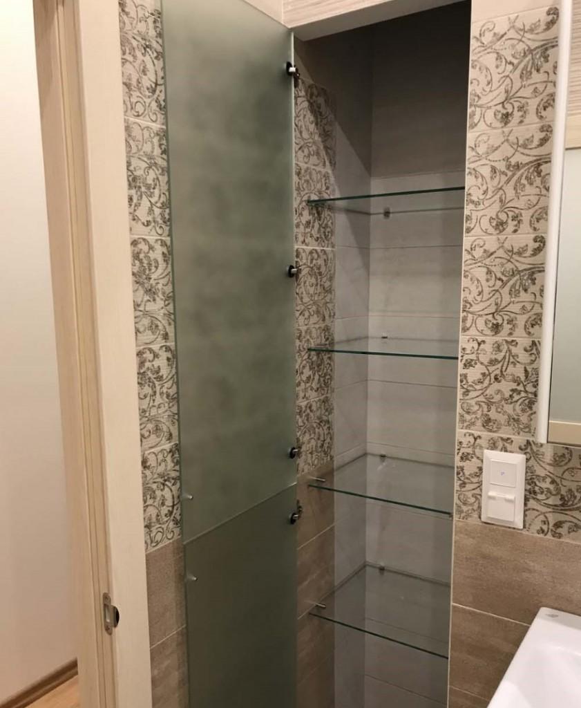 Встроенный шкаф с дверцей из каленного стекла