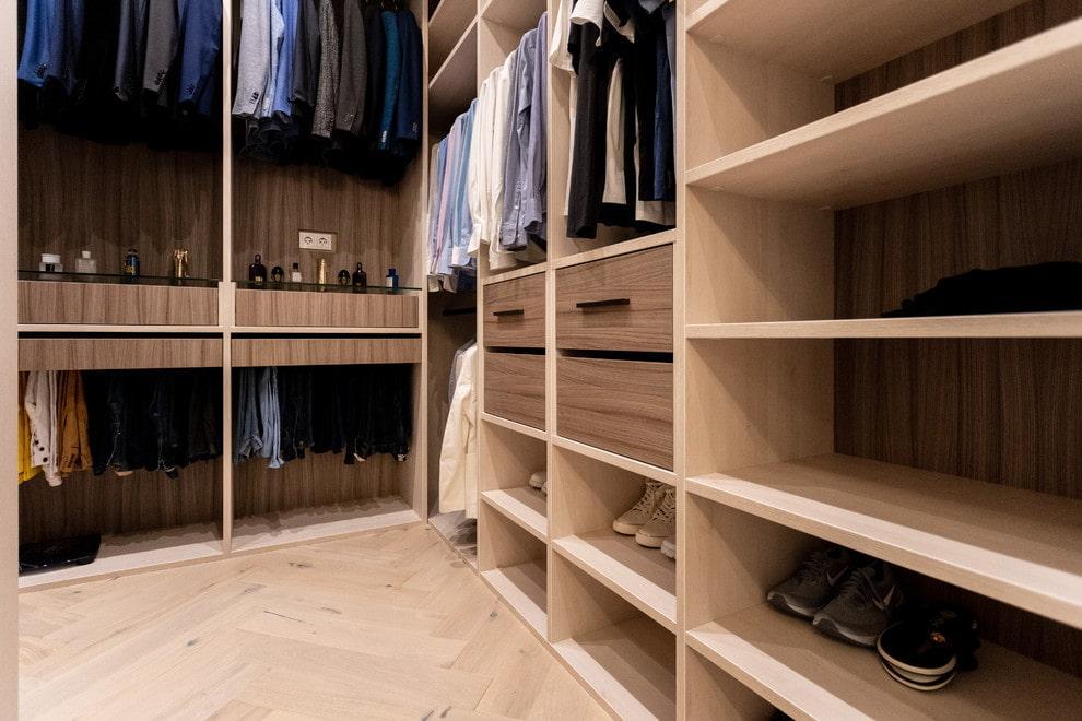Хранение обуви на нижних полках в гардеробной