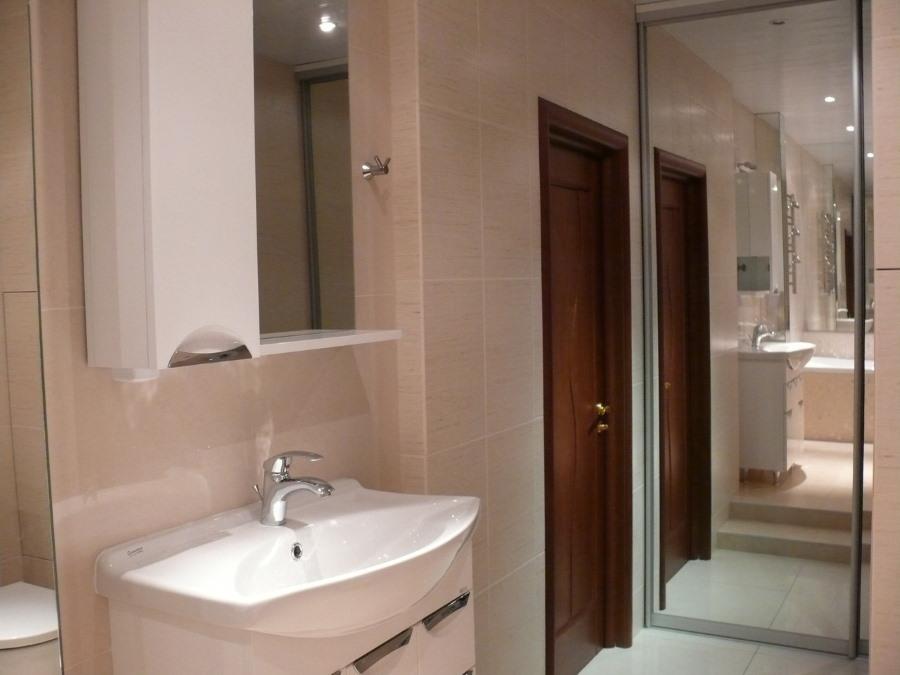 Зеркальный встроенный шкаф в небольшой ванной