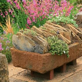 Каменный вазон с полевыми травами