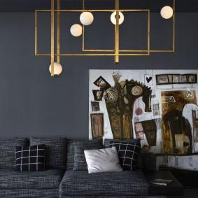 Латунный светильник в гостиной с темными стенами