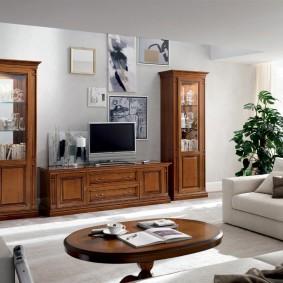 Коричневая мебель в белой гостиной