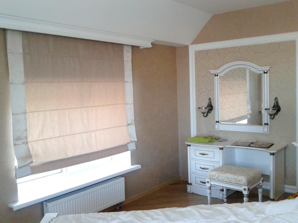 Багетная планка над римской шторой в спальне
