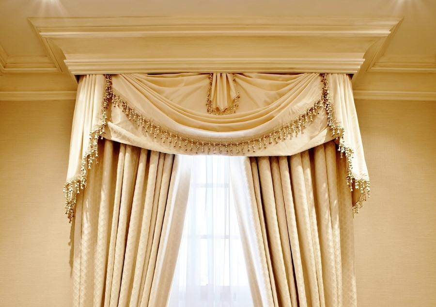 Потолочный багет над шторами в классическом стиле