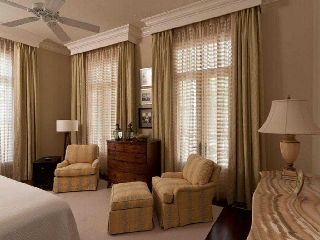 Белые багетные карнизы на окнах спальной комнаты