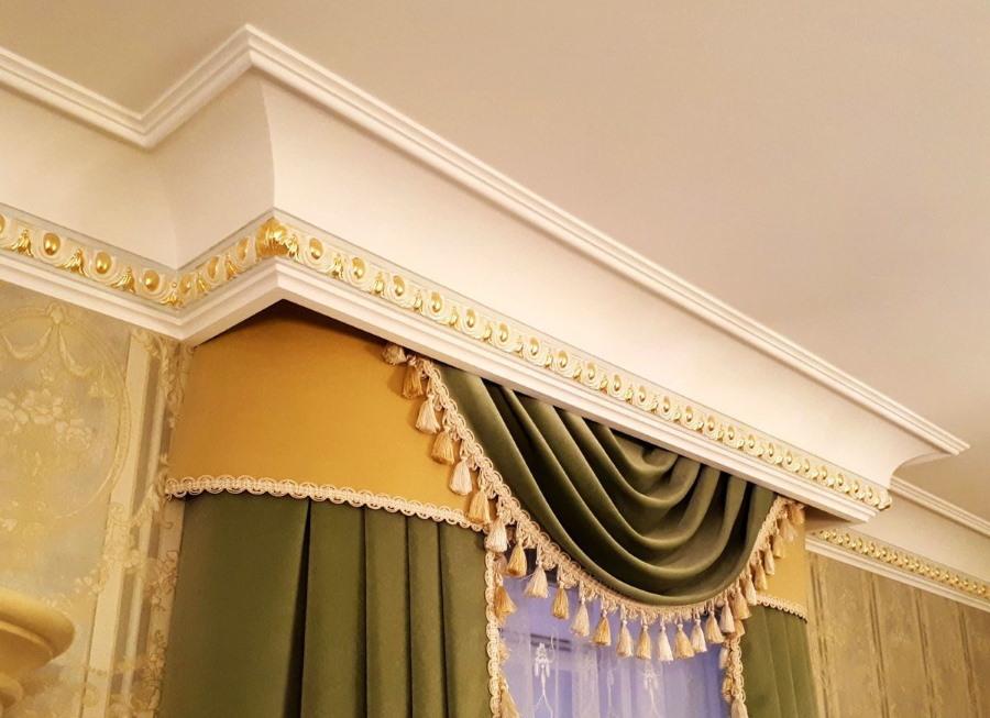 Гипсовый багет под потолком гостиной комнаты