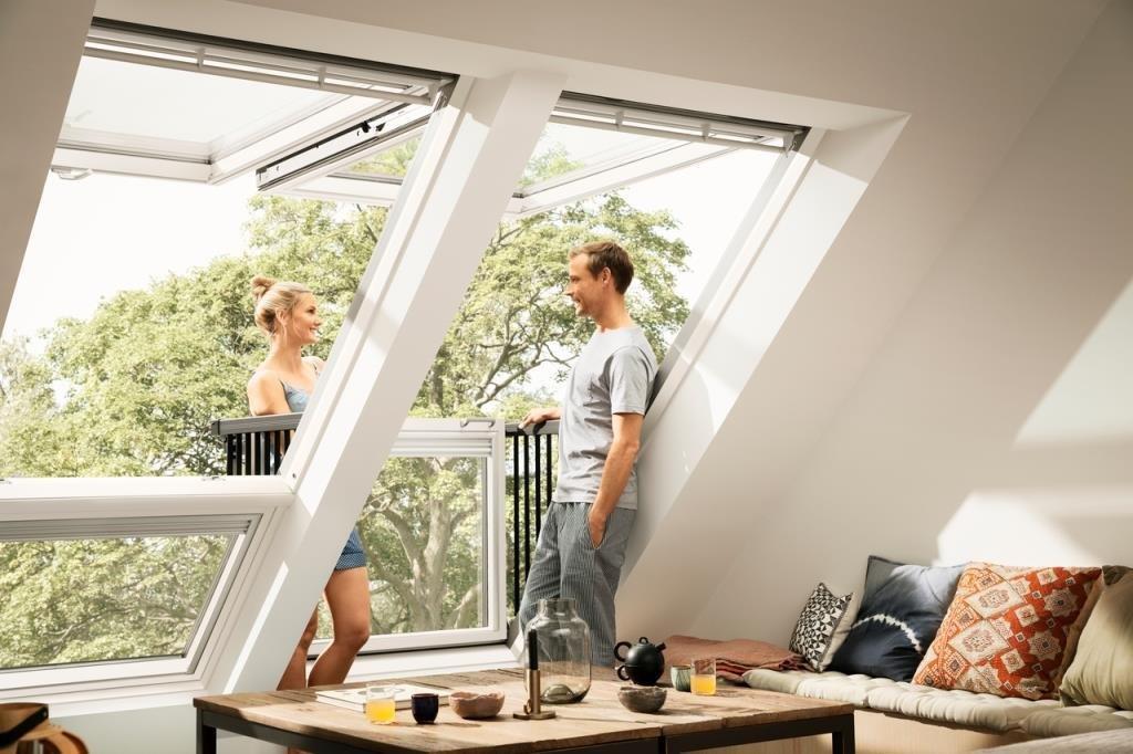 Гостиная в мансарде с окном-балконом