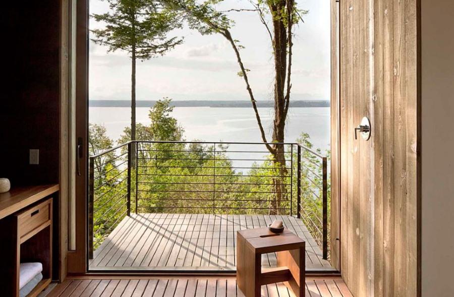 Тонкие металлические перила на маленьком балконе