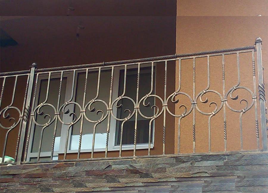 Перила ручной ковки на балконе в мансарде
