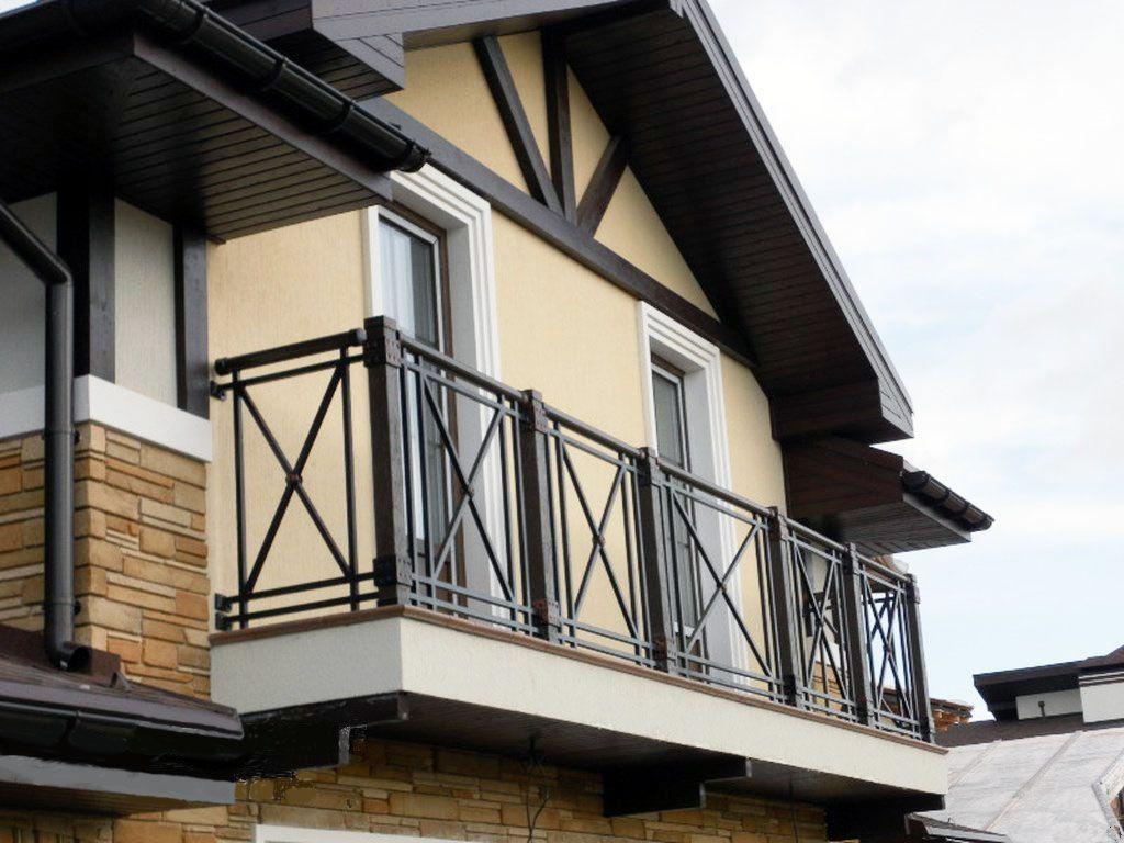 Фронтонный балкон с перилами из профильной трубы