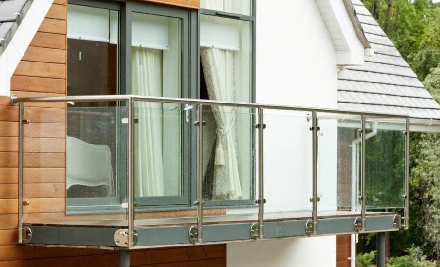 Стеклянные перила на подвесном балконе в мансарде