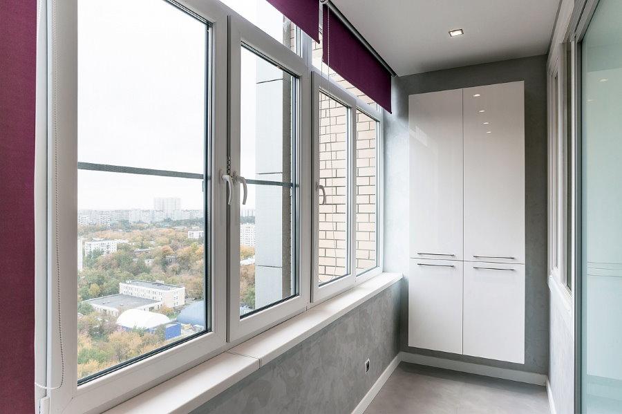 Подвесной шкаф на балконе с остеклением