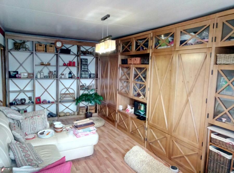 Фото деревянной стенки в интерьере гостиной