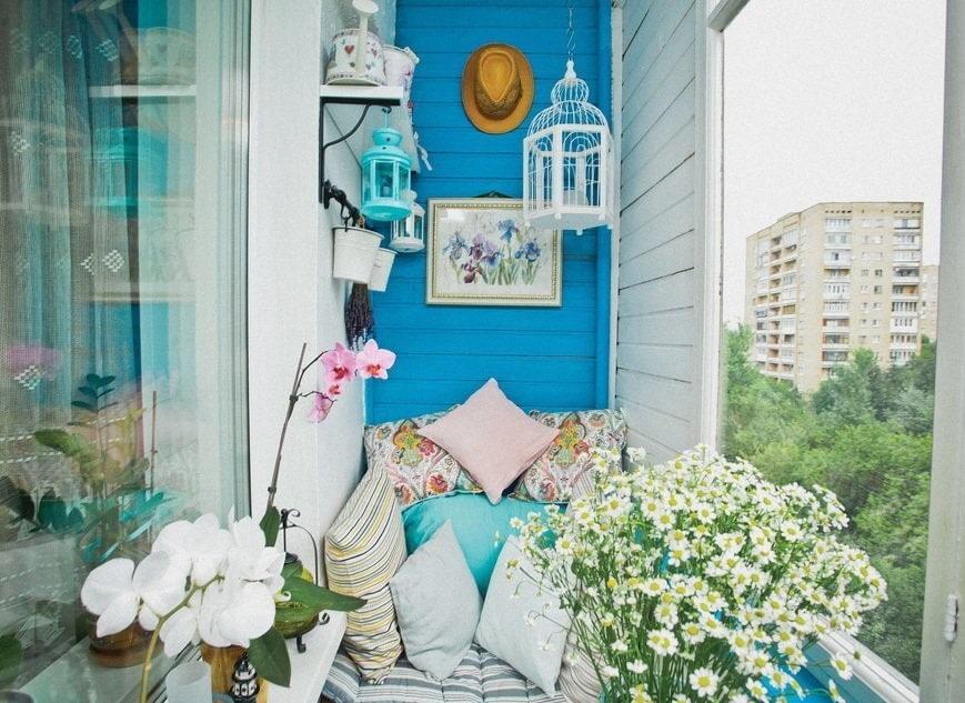Живые цветы в интерьере теплого балкона