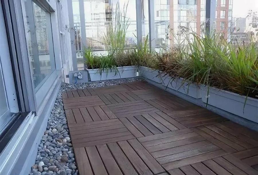 Садовый паркет на полу балкона в квартире