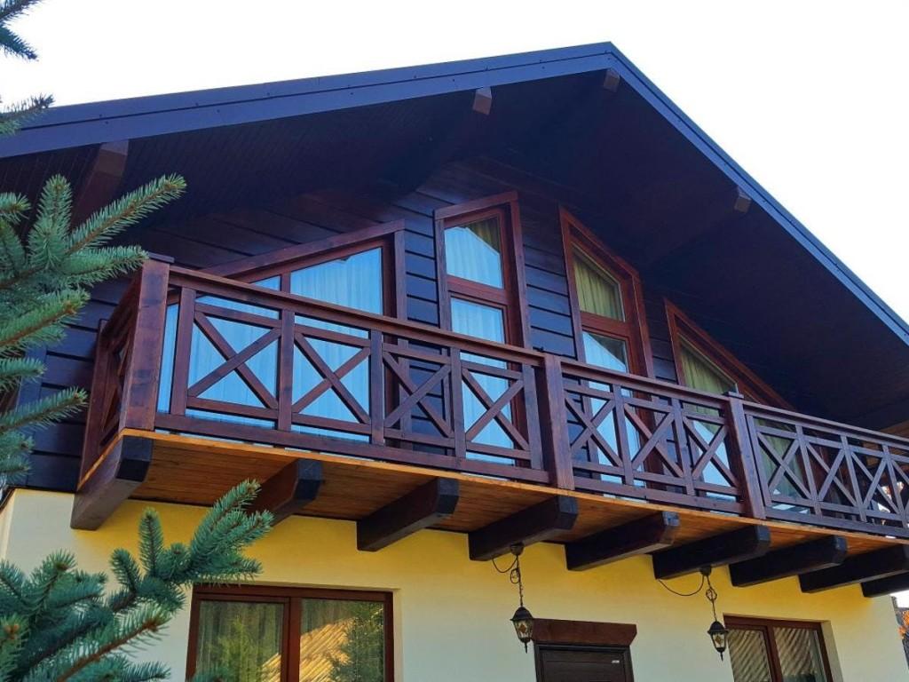 Деревянный балкон в доме с мансардой