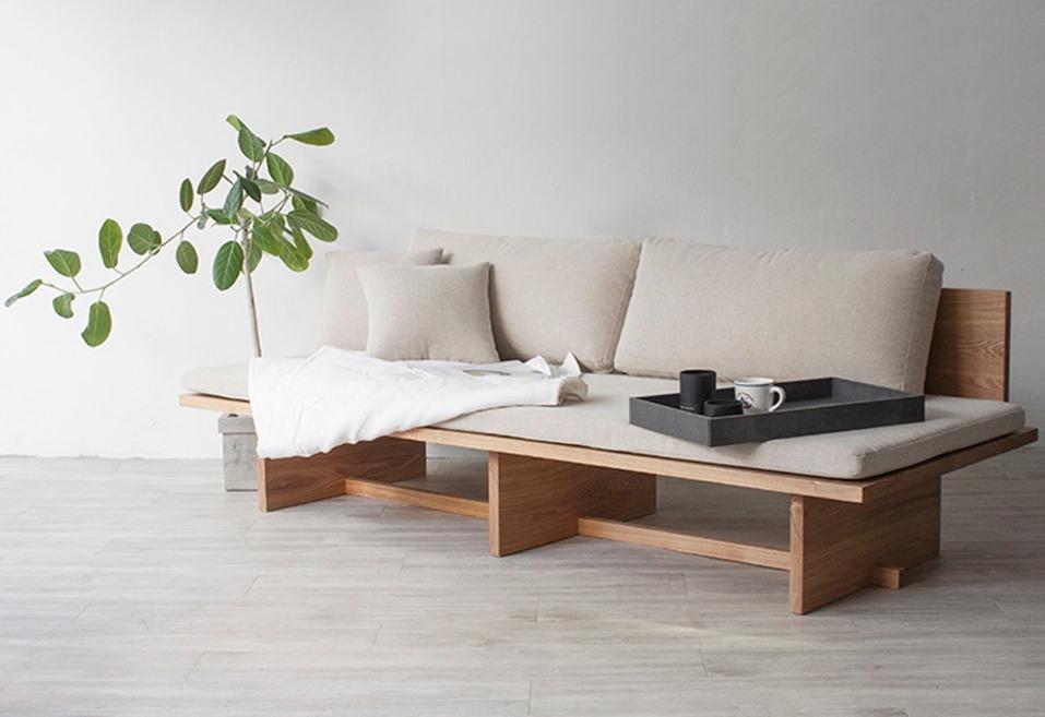 Диван в гостиной комнате стиля минимализма