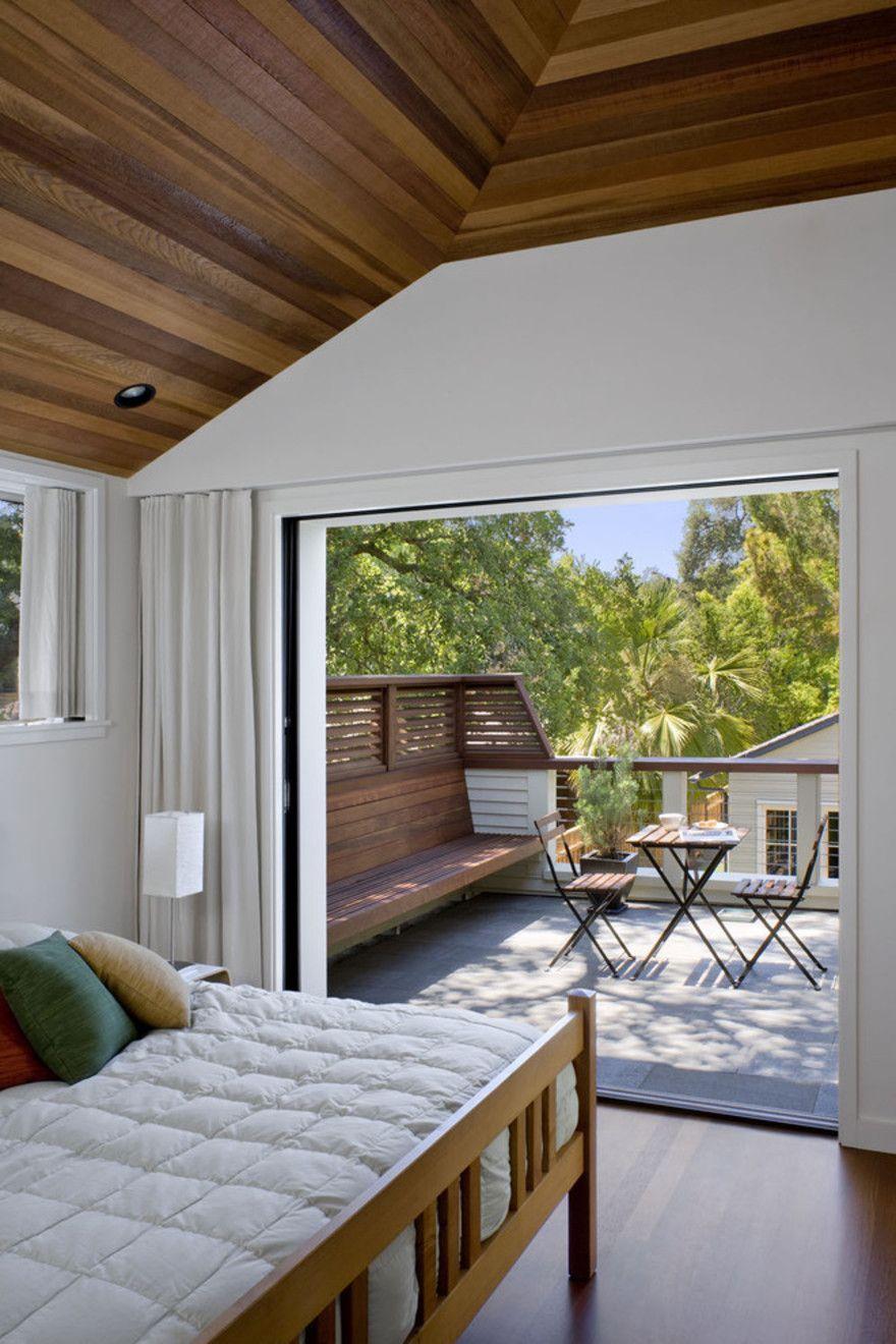 спальня с балконом в частном доме