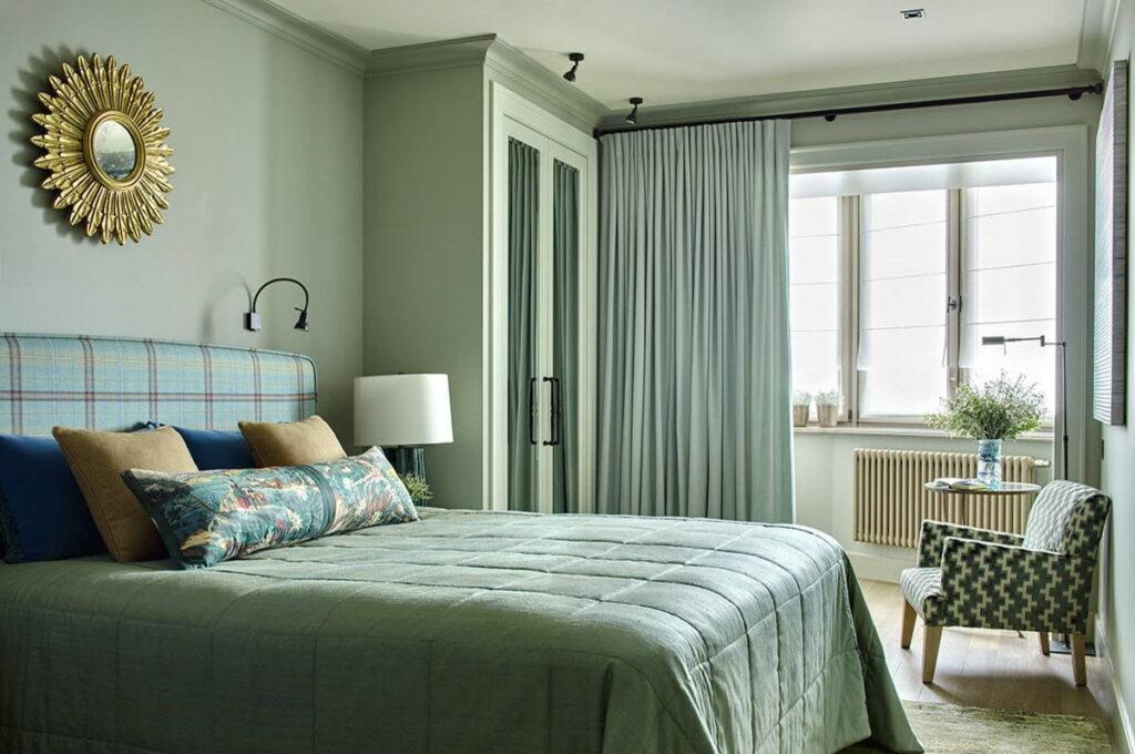 интерьер маленькой спальни с балконом