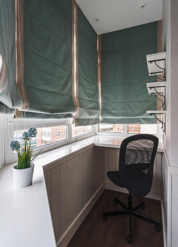 Плотные шторы на окнах маленького балкона