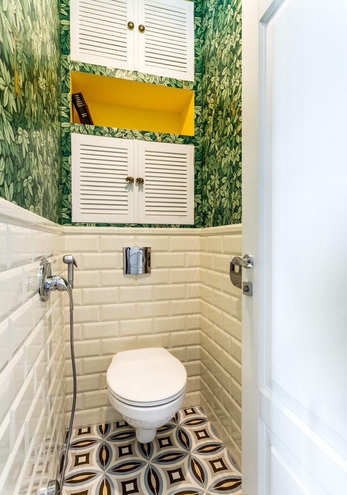 Ниша между сантехническими дверцами в туалете