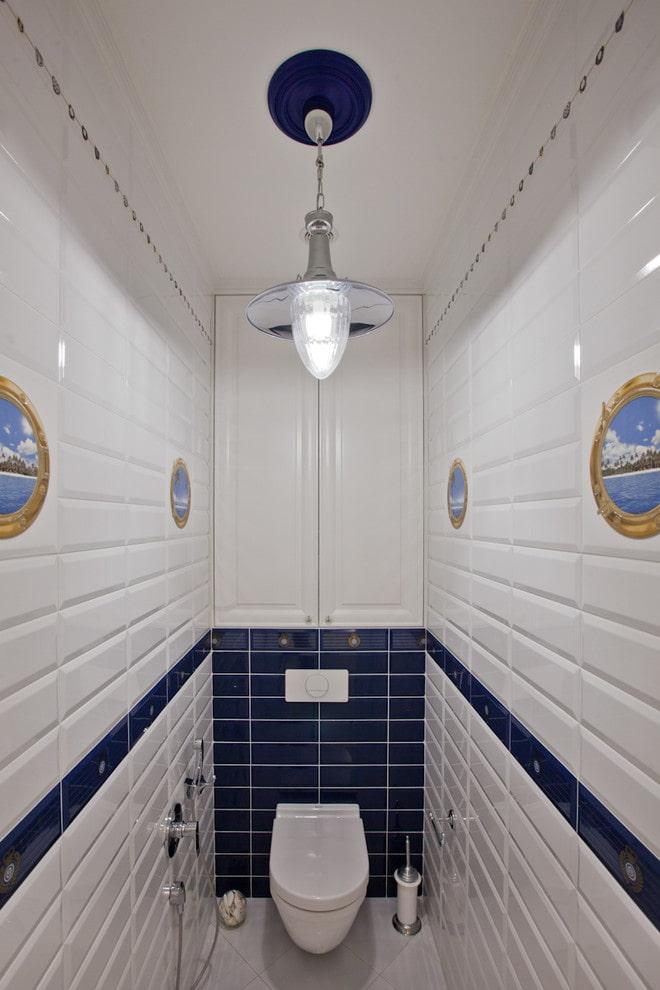Белый дверцы на сантехническом шкафе в туалете