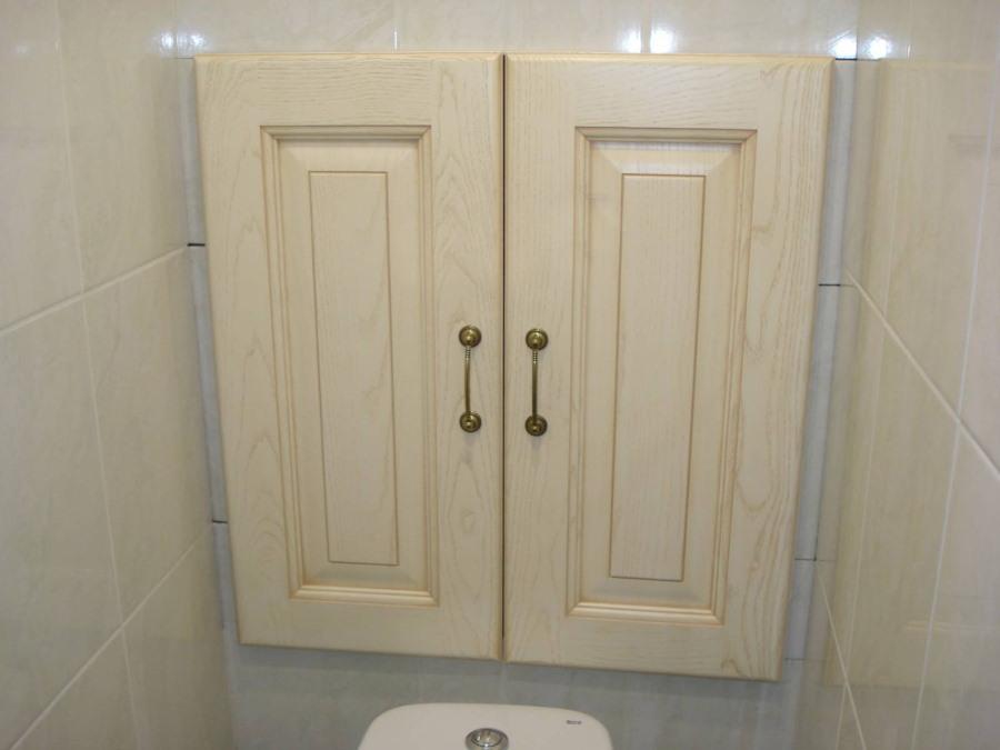 Деревянные дверки на сантехническом шкафчике