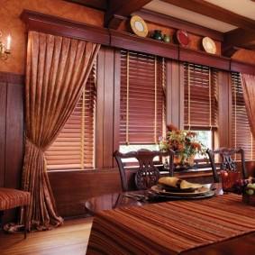 Деревянные багеты коричневого цвета