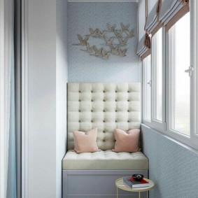 Узкий диванчик с высокой спинкой