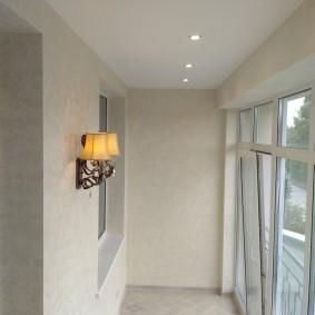 Встроенные светильники на белом потолке балкона
