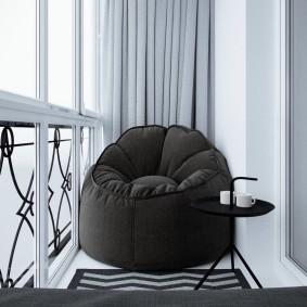 Бескаркасное кресло на небольшом балконе