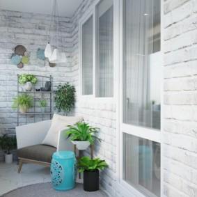 Живые растения на балконе с кирпичной отделкой