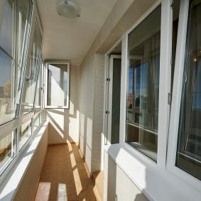 Остекление длинного балкона в трехкомнатной квартире