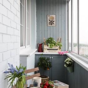 Деревянная обшивка небольшого балкона