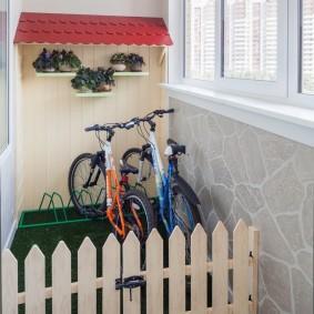Детские велосипеды на утепленном балконе
