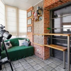Зеленый диван лоджии в квартире