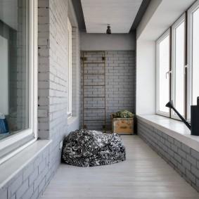 Керамический пол на лоджии с большим окном