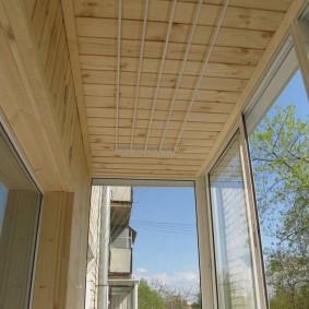 Деревянная отделка потолка небольшого балкона
