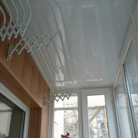 Место для сушилки на стене балкона