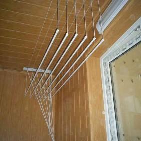 Компактная сушилка в интерьере балкона