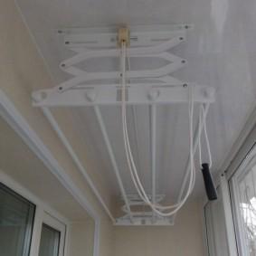 Белый потолок из пластиковых панелей