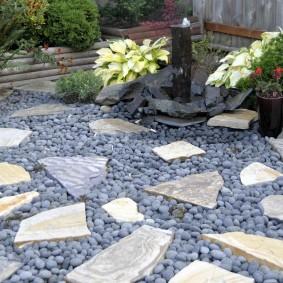 Мелкая галька между плоскими камнями
