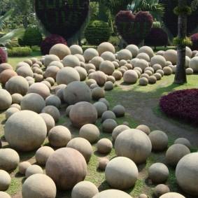 Круглые камни в ландшафте загородного участка