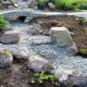Декор территории участка природными камнями