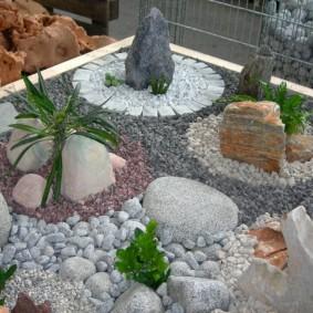 Садовая композиция из камней разных пород