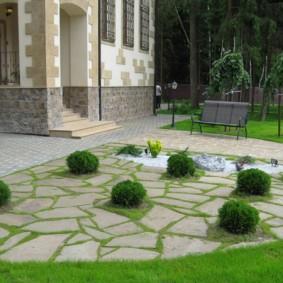 Каменная площадка перед загородным домом