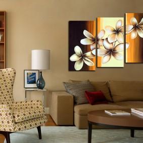 Триптих из модульных картин на бежевой стене