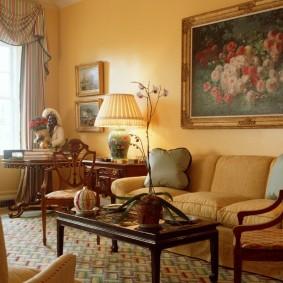Классический интерьер гостиной с диваном
